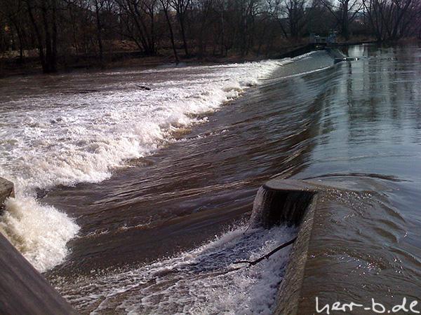Es fließt viel Wasser die Saale hinab.