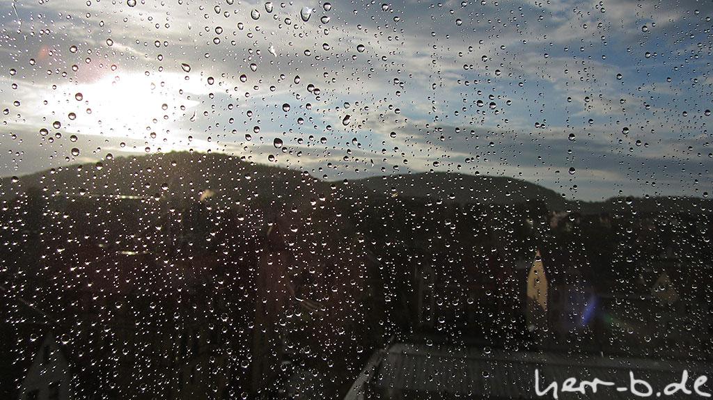 Regen an der Fensterscheibe, Sonne dahinter