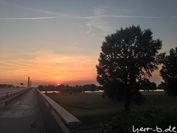 Untergehende Sonne an der Flughafenbrücke