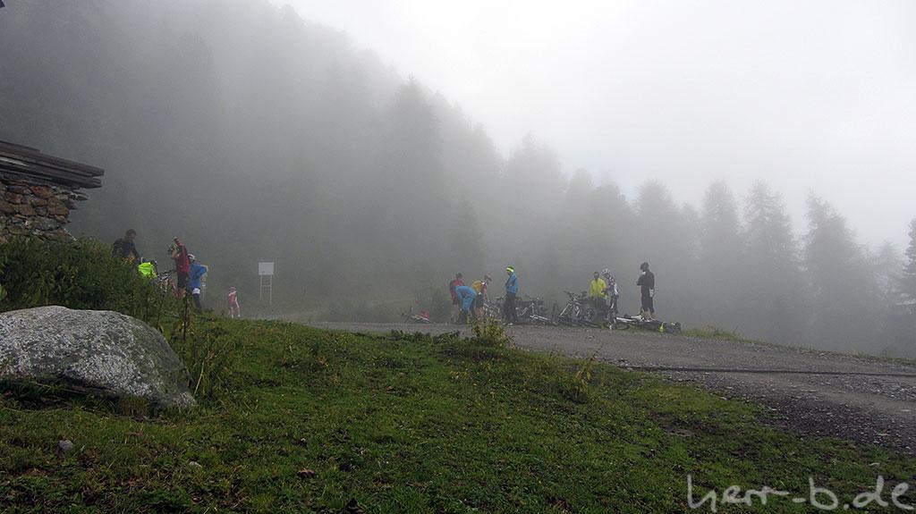 Bergradler im Nebel