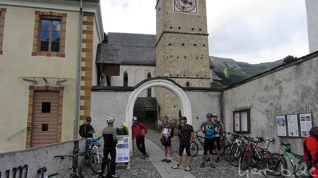 Vor dem Kloster Müstair