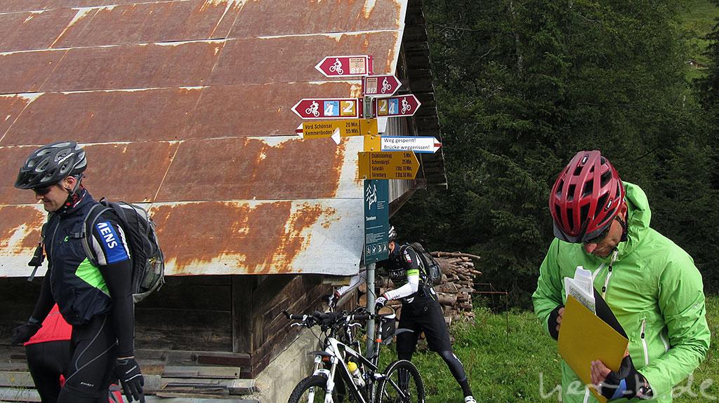 """""""Weg gesperrt! Brücke weggerissen"""" sagt der Wegweiser."""