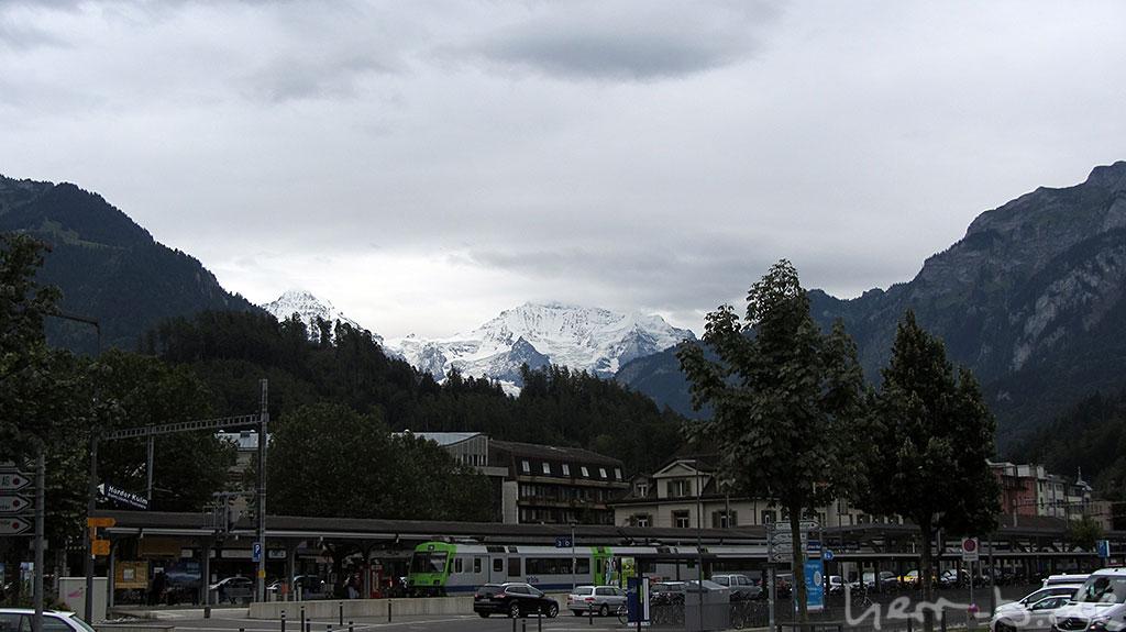 Bahnhof Interlaken West mit Bergen im Hintergrund.
