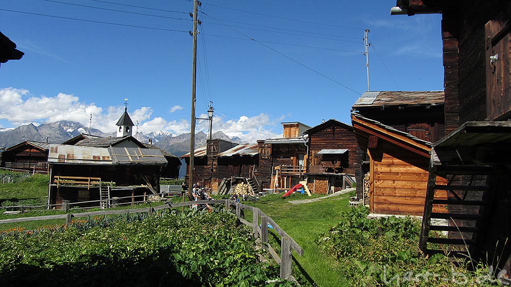 Dorfplatz am Brunnen mit müden Bikern