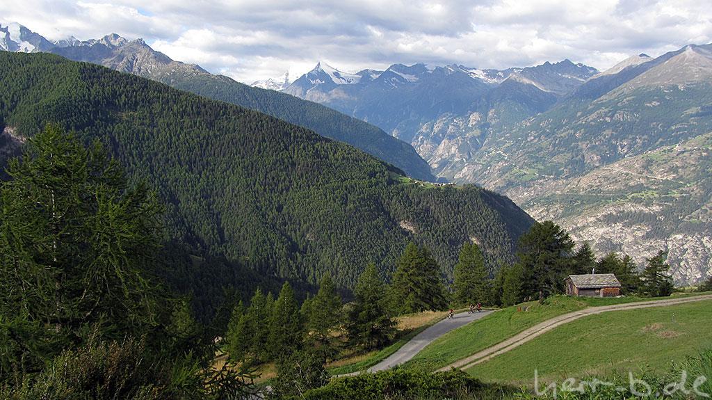 Biker im Kampf mit dem Berg