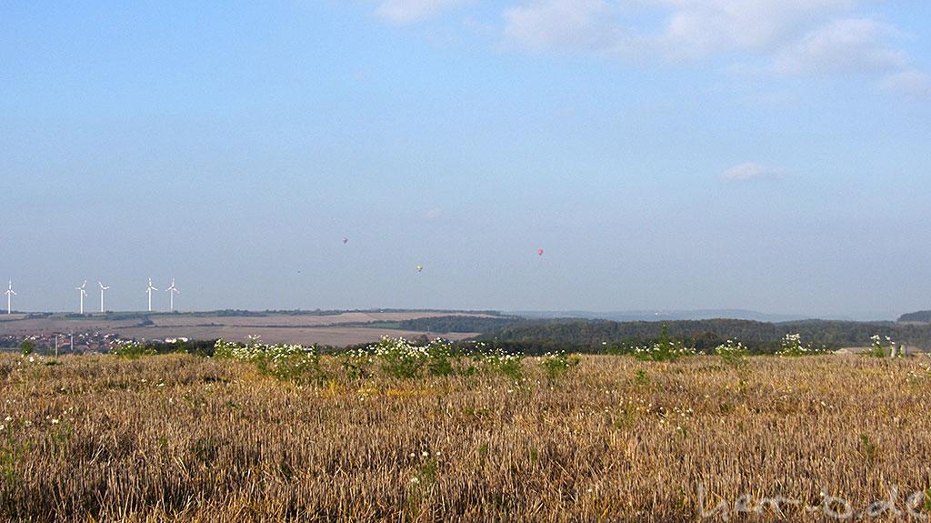 Dreierlei Heißluftballons am Himmel