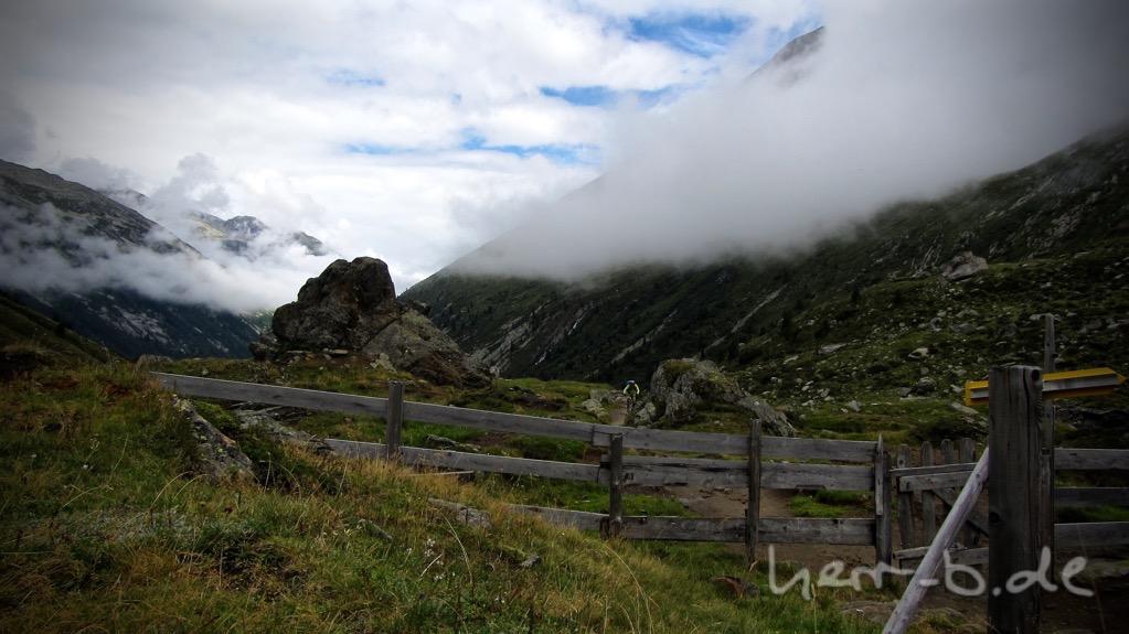 Trailfahren unter den Wolkenfetzen.