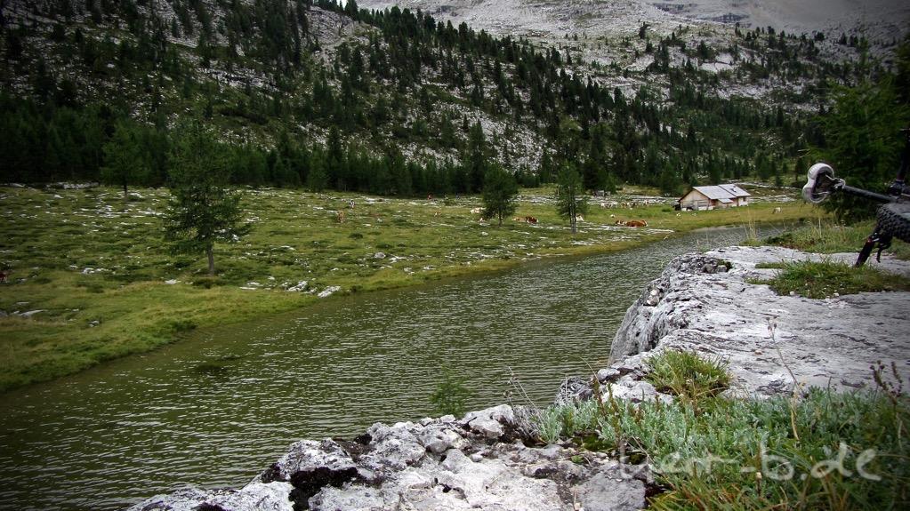 Großartige Berglandschaft mit Wasserrauschen und Geläute der Kuhglocken.