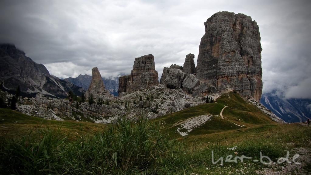 Die berühmten Cinque Torri, umgeben von kalter Bergluft.