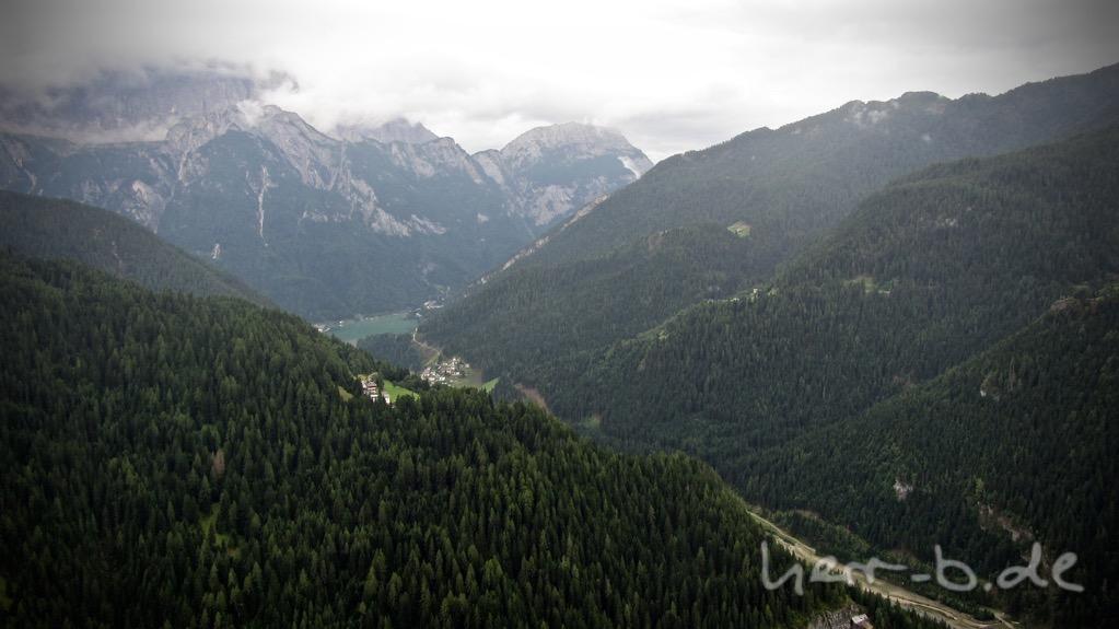 Blick hinunter zum Lago di Alleghe, dem Etappenziel.