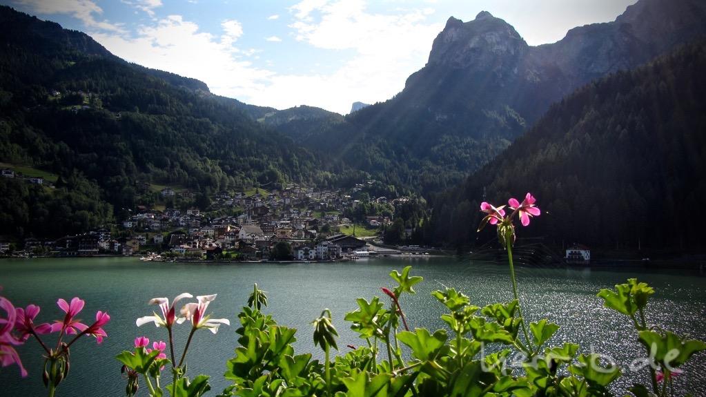 Kitschiger Start am Lago di Alleghe am fünften Tag.