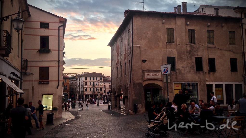 Der Abend in Bassano del Grappa beginnt.