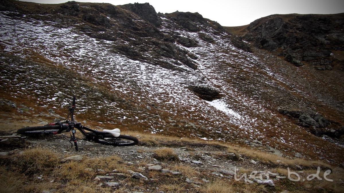 Schneereste auf fast 2.400 Meter Höhe.