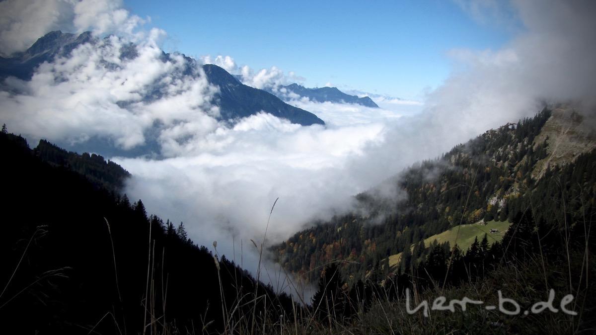 Die Wolken hängen im Tal.