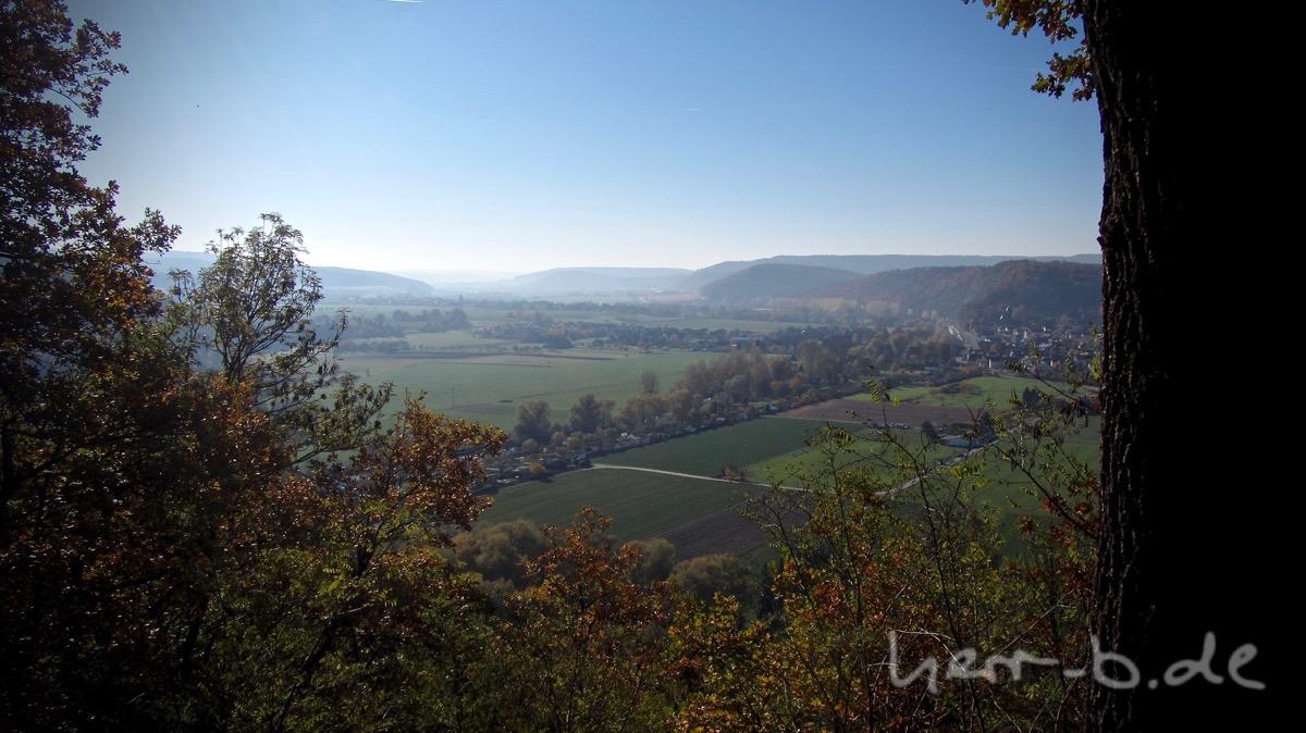 Ausblick vom Helenenstein, umrahmt mit bunten Blättern.