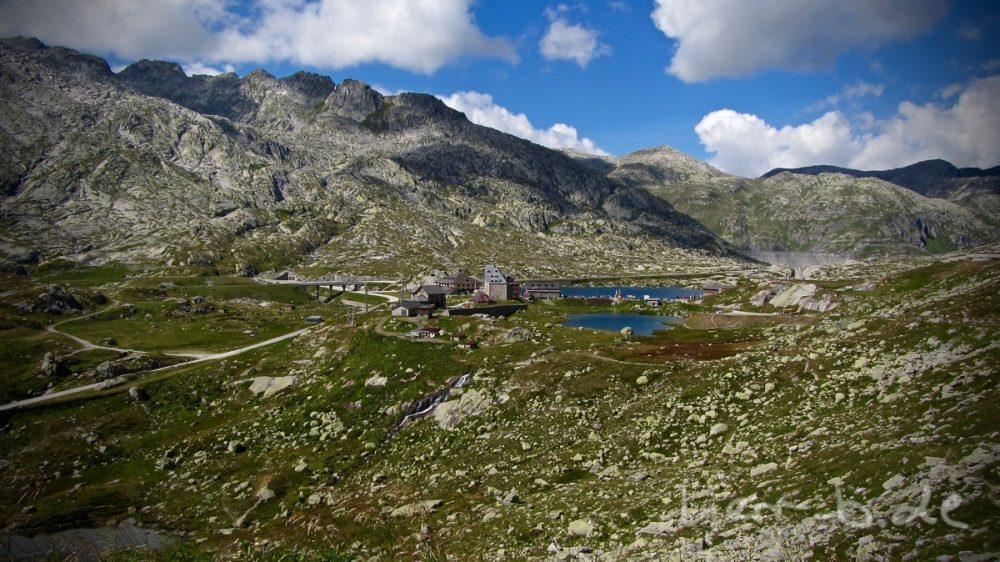 Blick runter auf das Touri-Zentrum auf dem Gotthard-Pass.