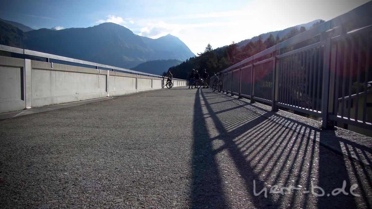 Etappenstart auf der Staumauer in der Morgensonne.
