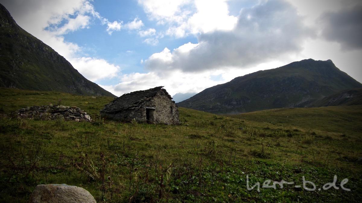 Schutzhütte in hochalpiner Landschaft.