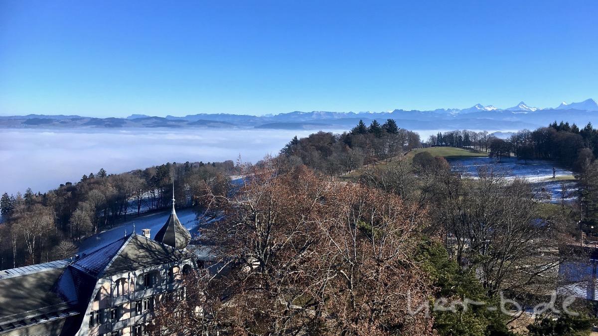 Ausblick vom Gurtenturm auf Nebel und Bergpanorama.
