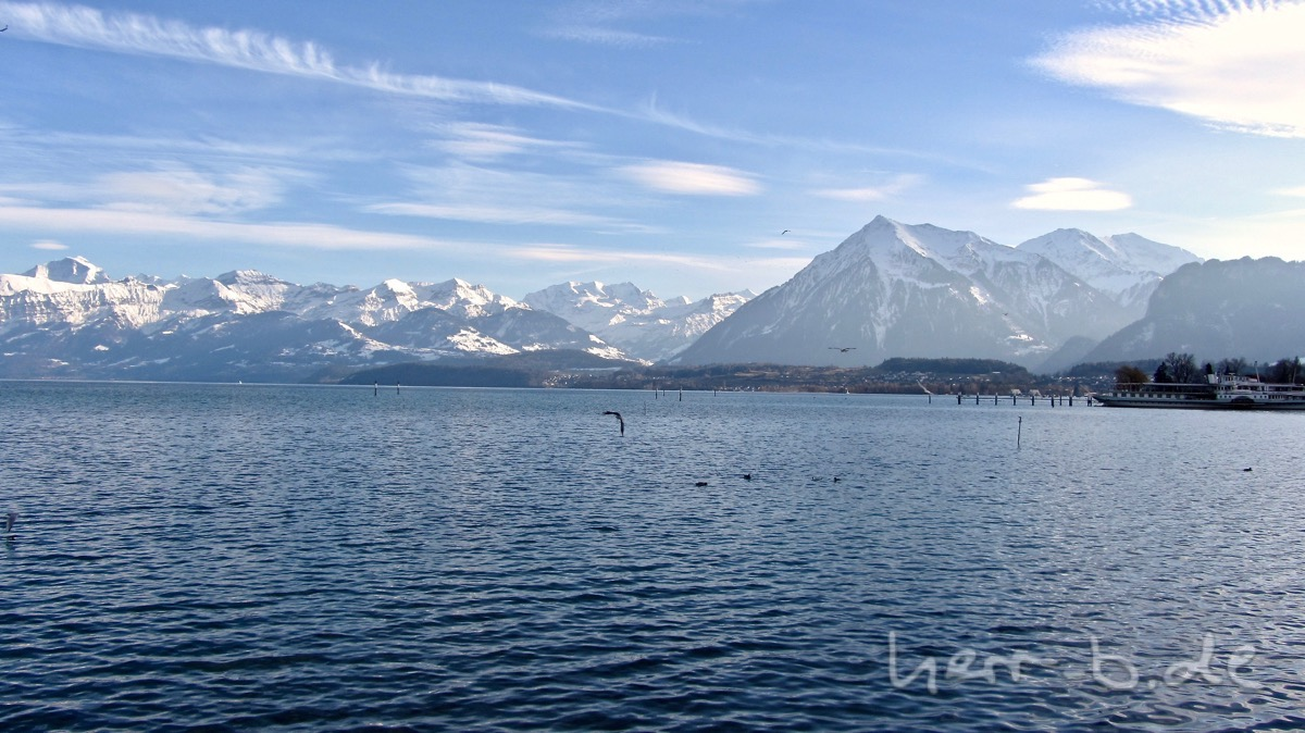 Weiß-Blaue See- und Berglandschaft