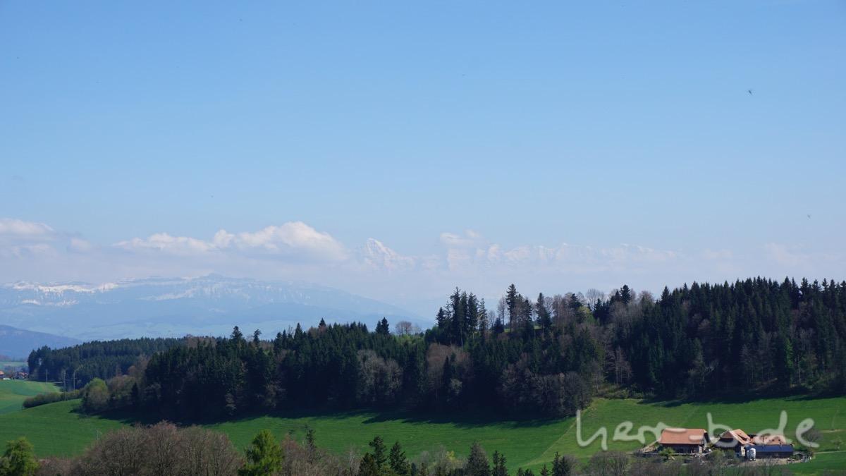 Schwebende Berggipfel am Horizont.