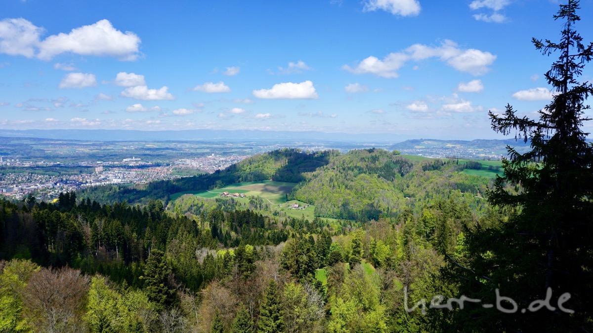Blick vom Ulmizturm zum Gurten mit der Bern-Stadt im Hintergrund.