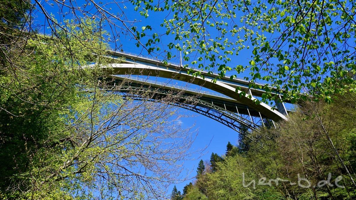 Die Schwarzwasserbrücke von unten, über die es weiterging.