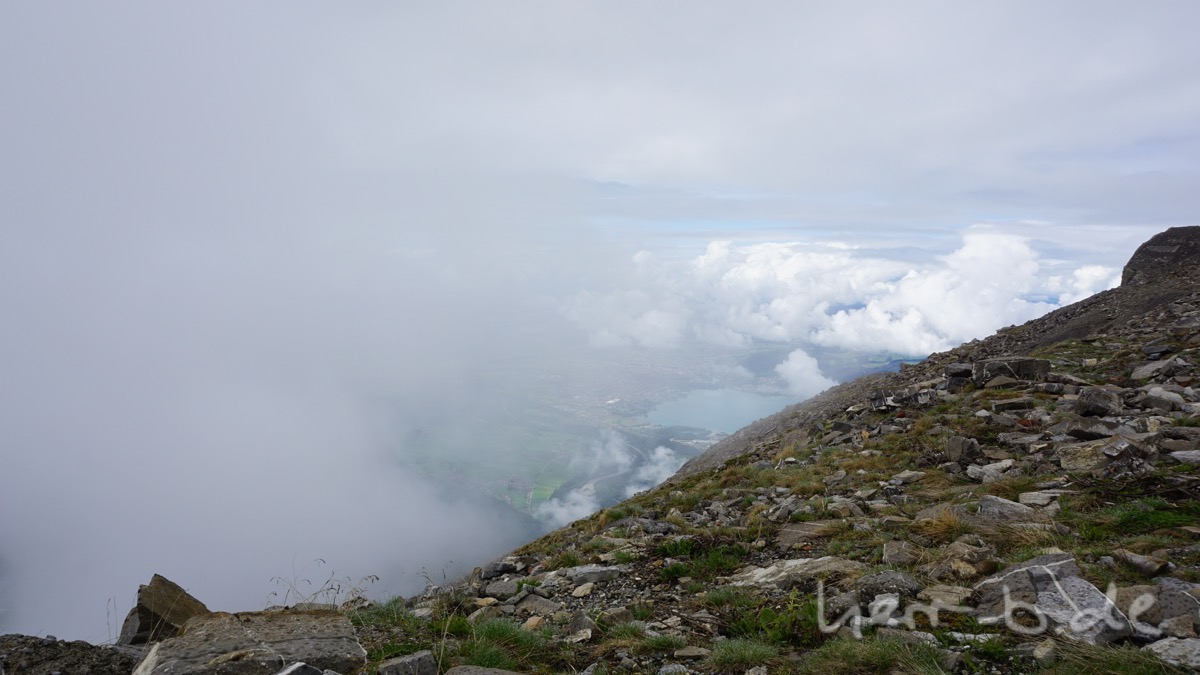 Blick von oben durch die Wolken.