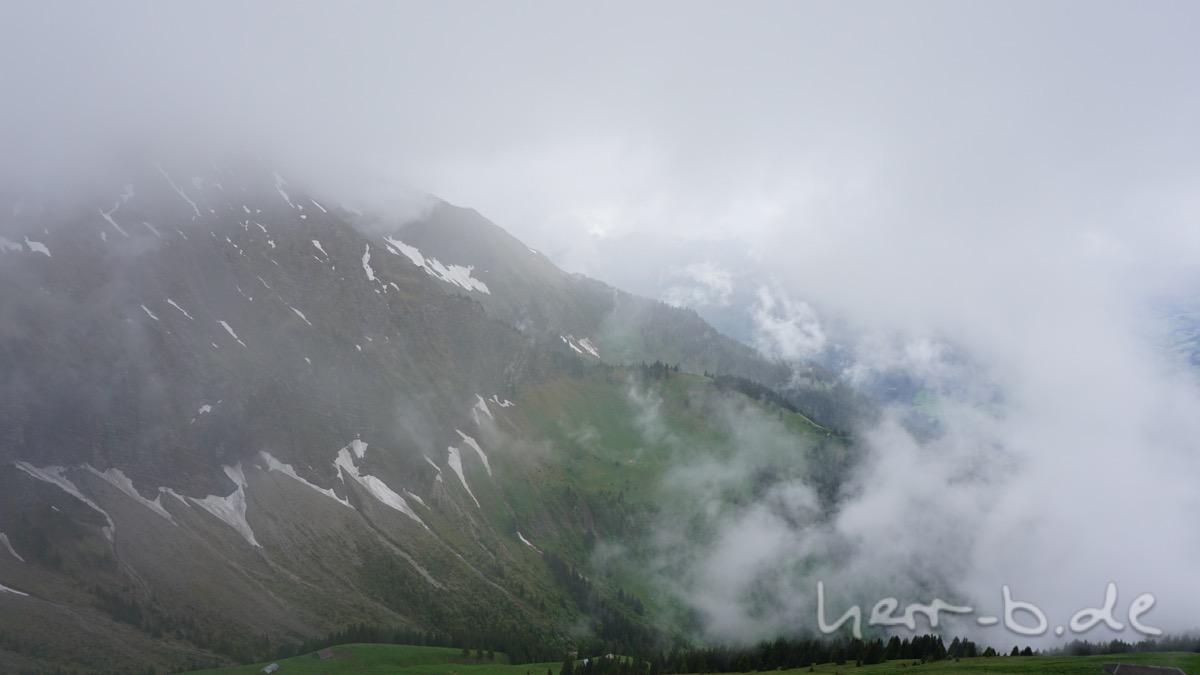 Durch die Wolken am Niesen.