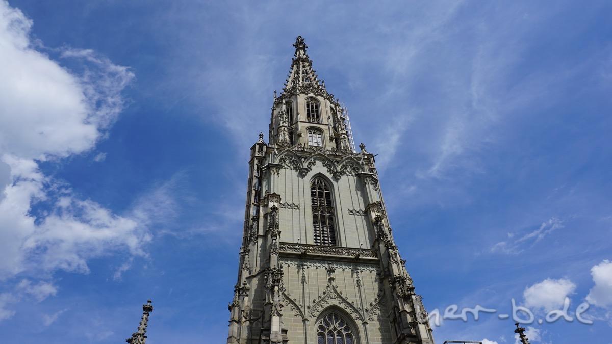 Der Münsterturm von unten.
