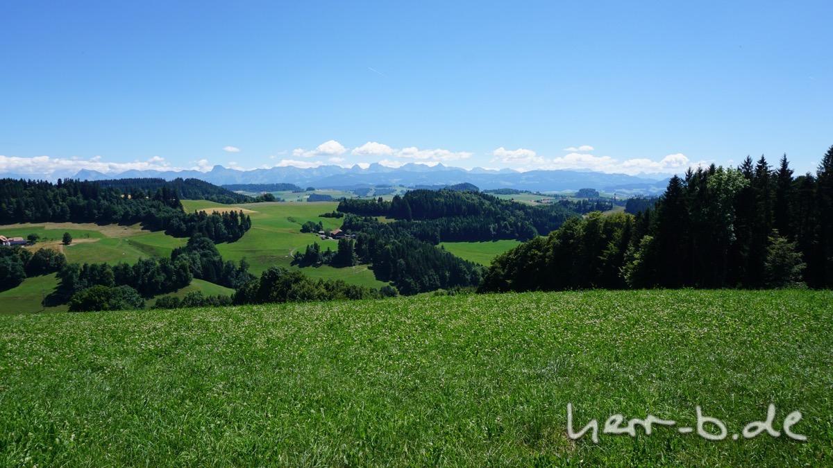 Blick vom Ulmiz mit den Gantrisch-Bergen am Horizont.