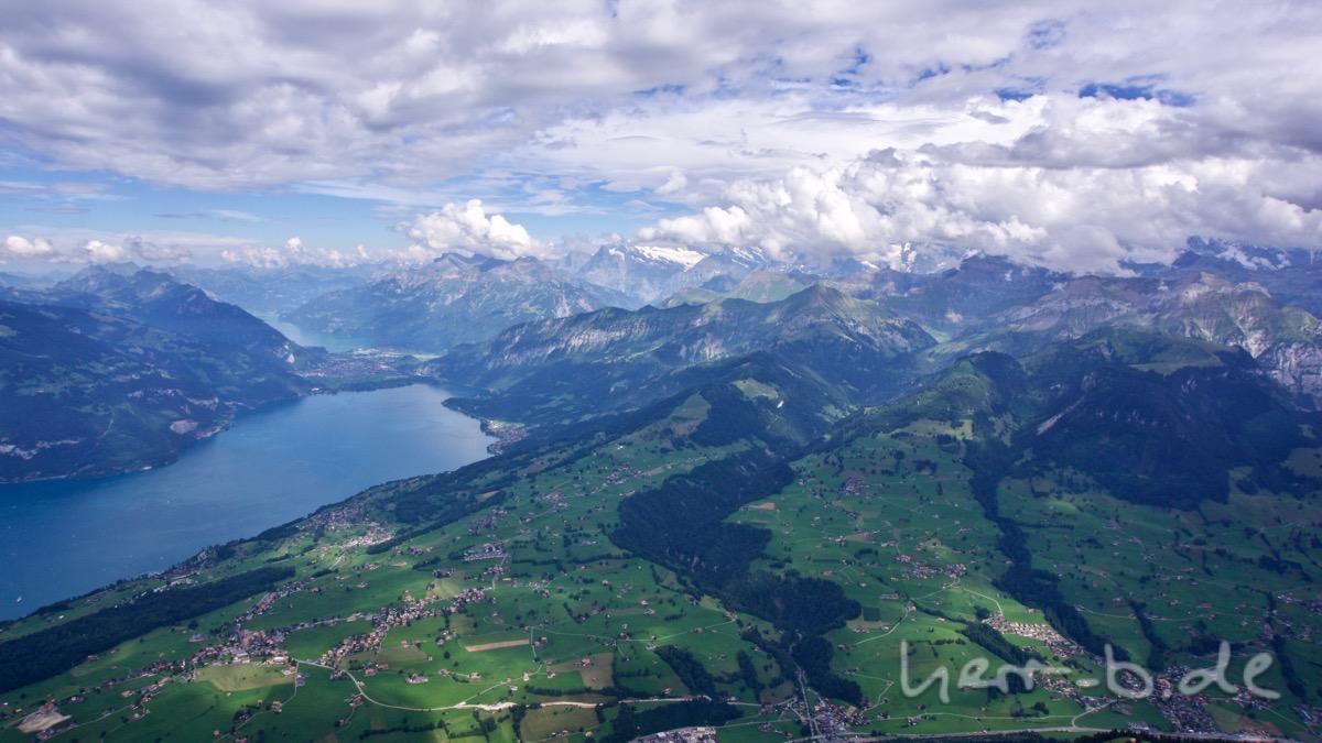 Blick Richtung Interlaken mit Wolken über dem Oberland.