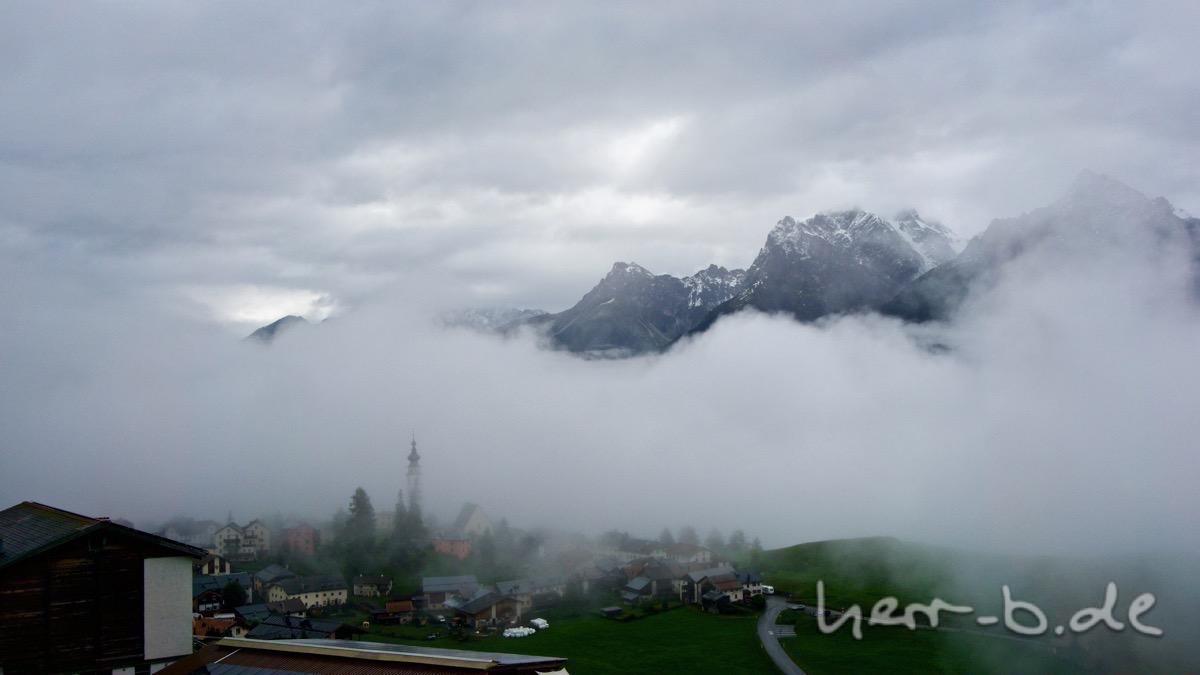 Ftan versteckt im Nebel.