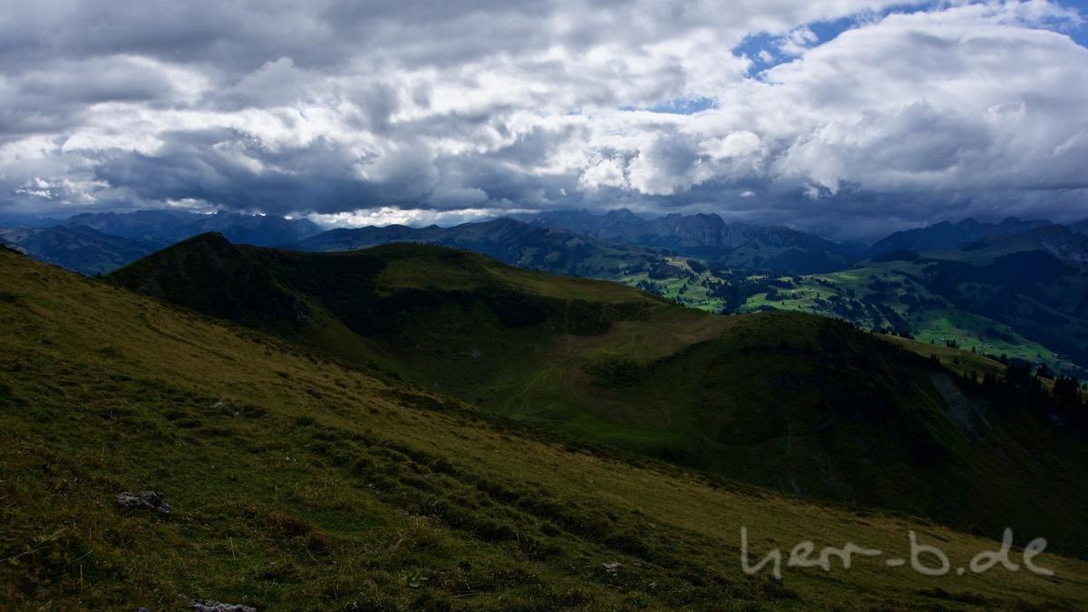 Der Westwind drückt Wolken gegen die Berge.