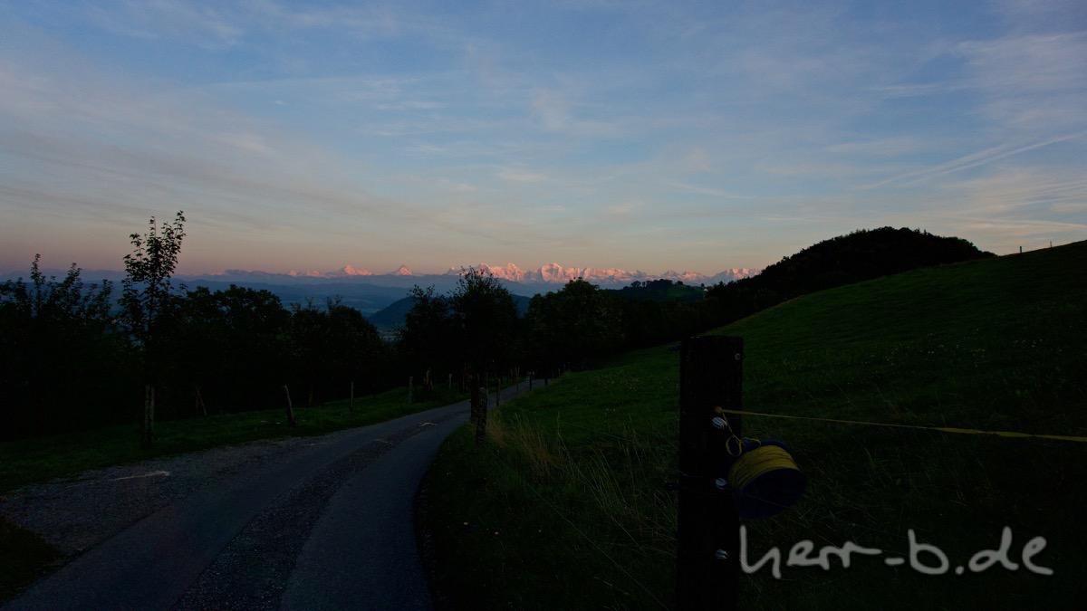 Leuchtende Berge am Horizont.