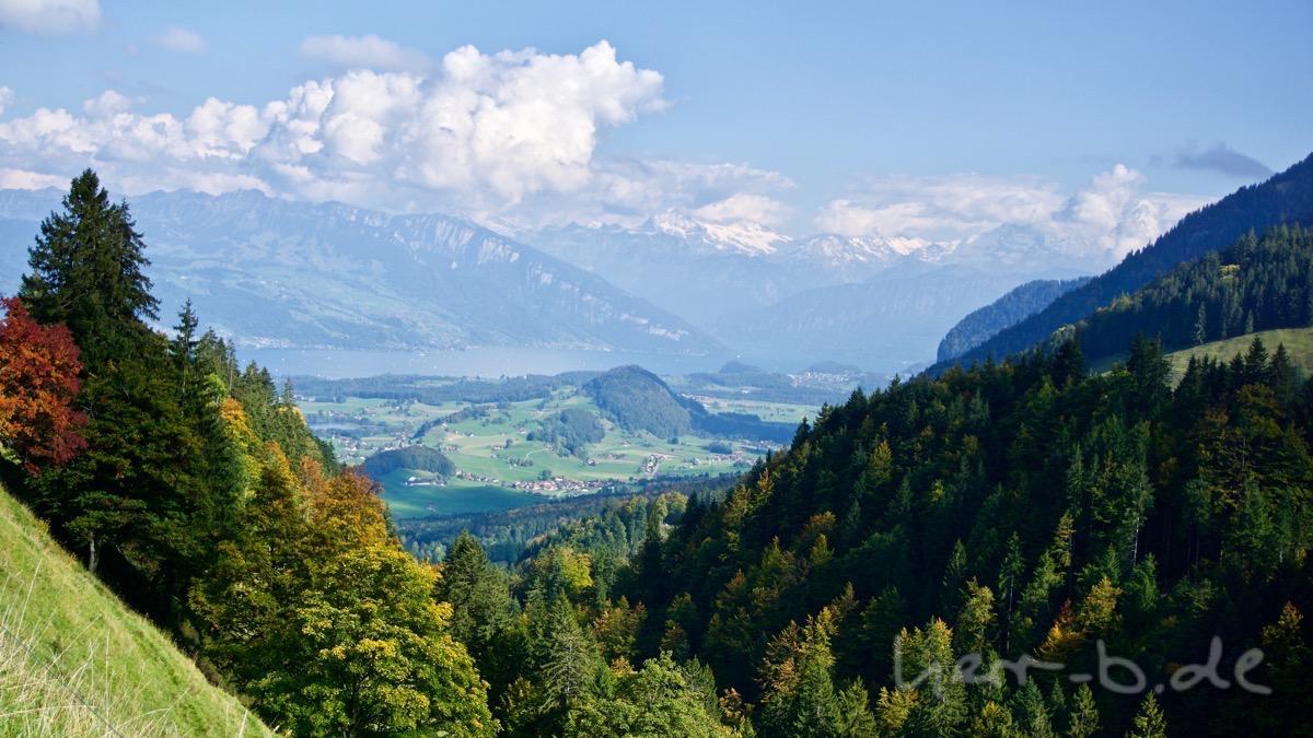 Grandiose Aussicht auf Thunersee und schneebedeckte Bergriesen.