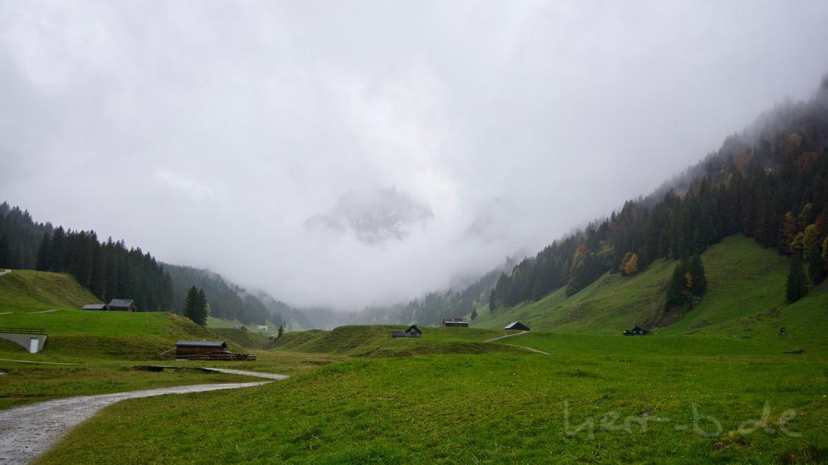 Viele Wolken mit ein bitzli Aussicht auf den Berg.