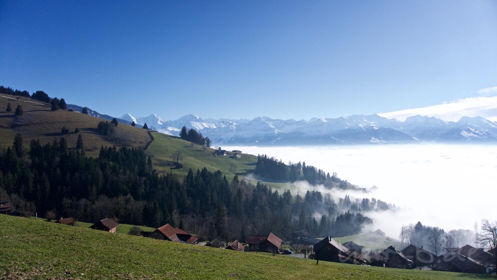 Nebel über dem Thunersee und Ausblick auf das Oberland