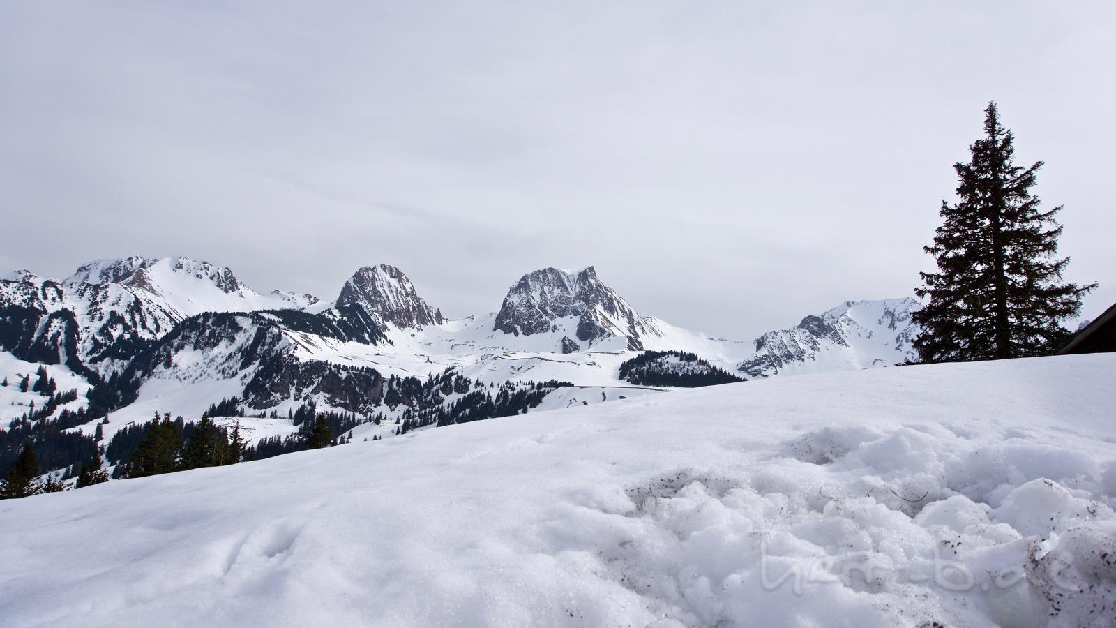 Aussicht auf den Gantrisch mit viel Schnee.