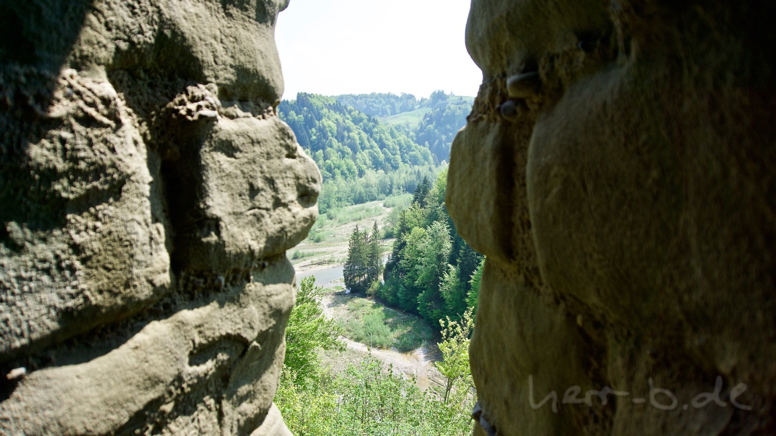 Aussicht auf die Sense durch die Burgmauer der Grasburg.