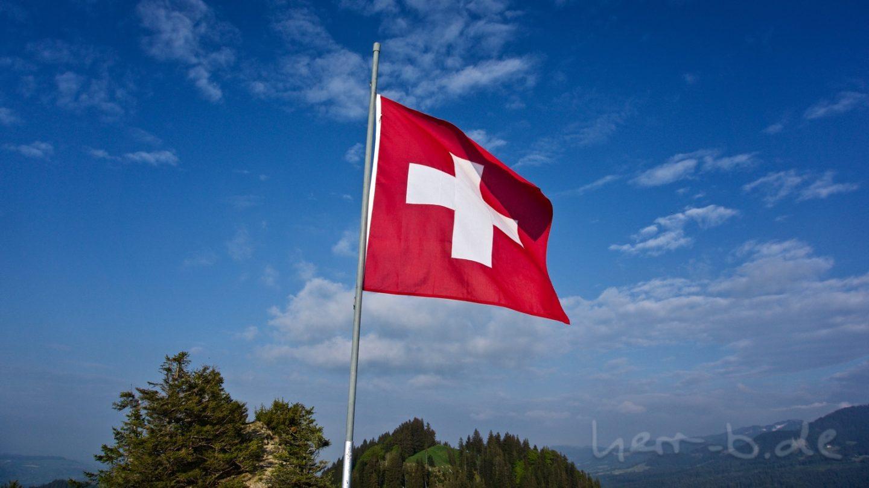 Die Schweizer Fahne weht auf dem Guggershörnli.