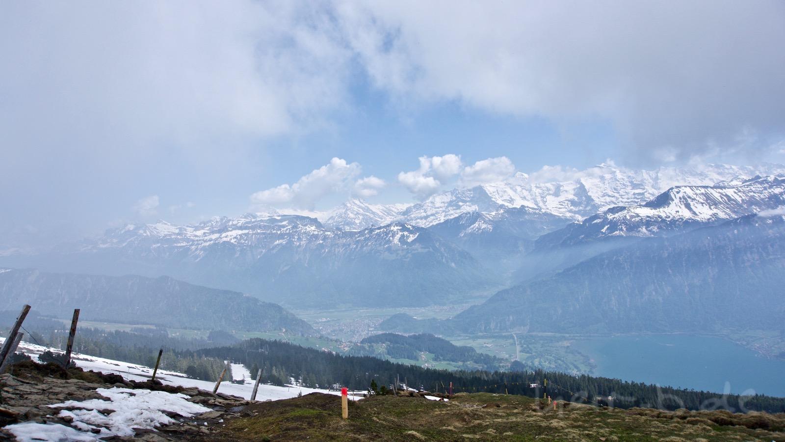 Der Blick auf Interlaken und die Jungfrau-Region zieht sich langsam zu.