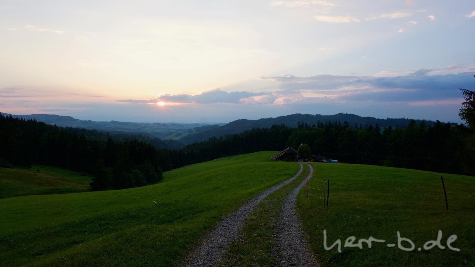 Abfahrt der untergehenden Sonne entgegen.