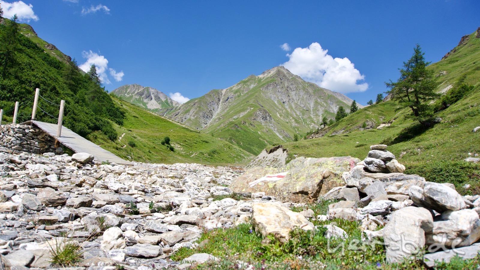 Bachüberquerung auf dem Weg ins Val Sinestra.