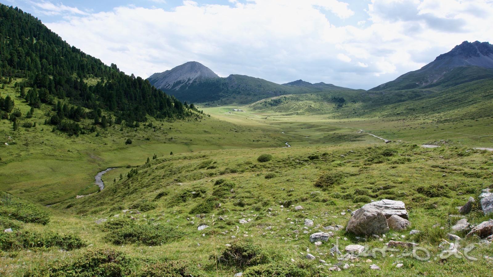 Ausblick auf die Hochebene bei der Alp Praditschöl.