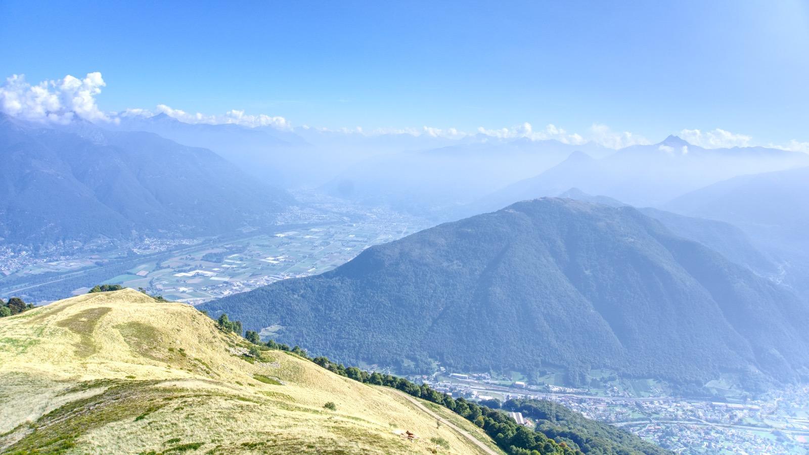Ausblick an der Bergstation am Monte Tamaro.