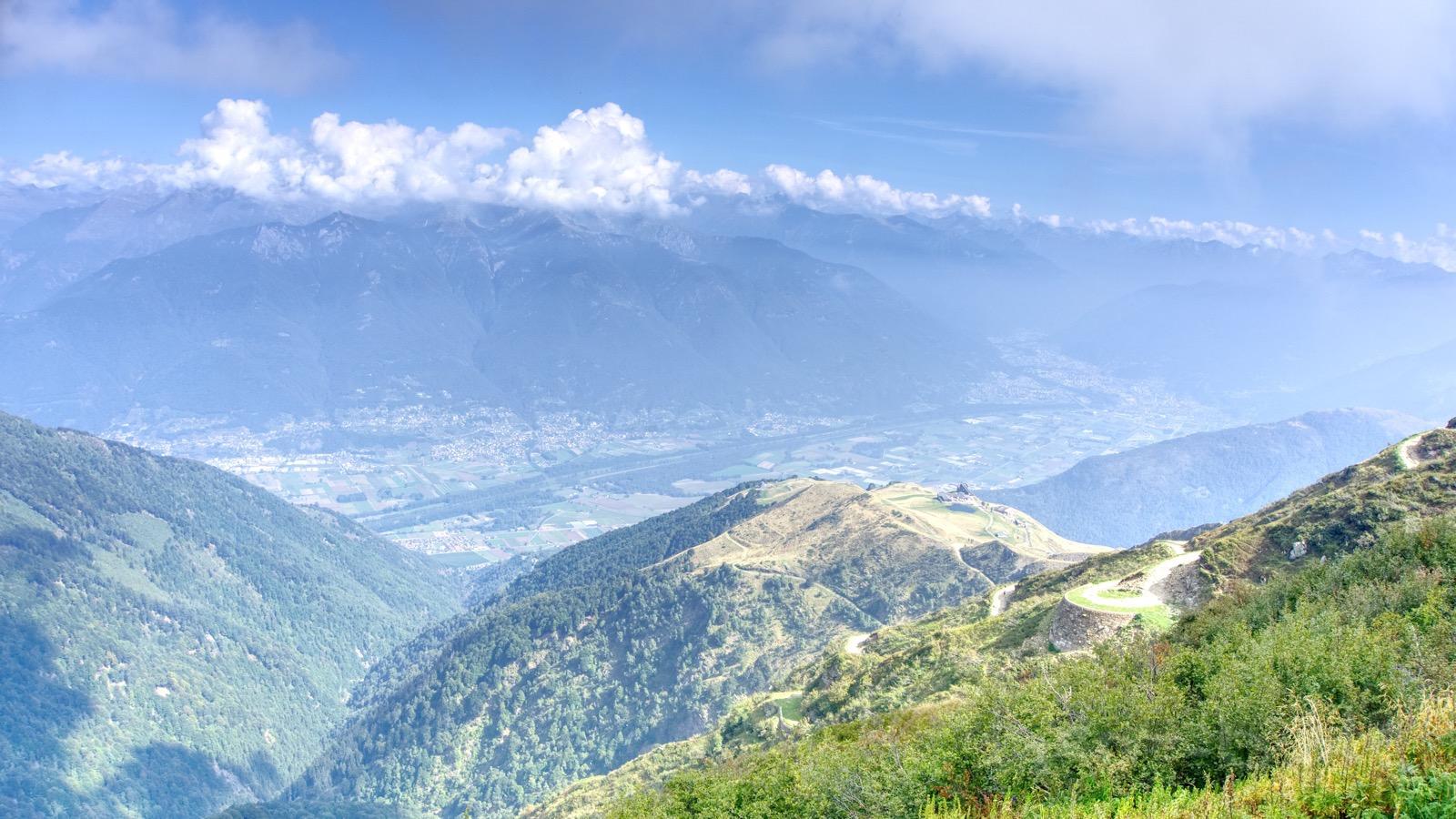 Blick hinab auf die Bergstation am Monte Tamaro.