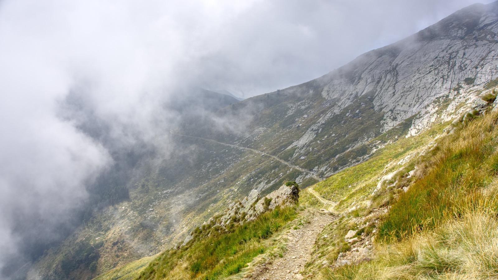Trailige Abfahrt in den Wolken.