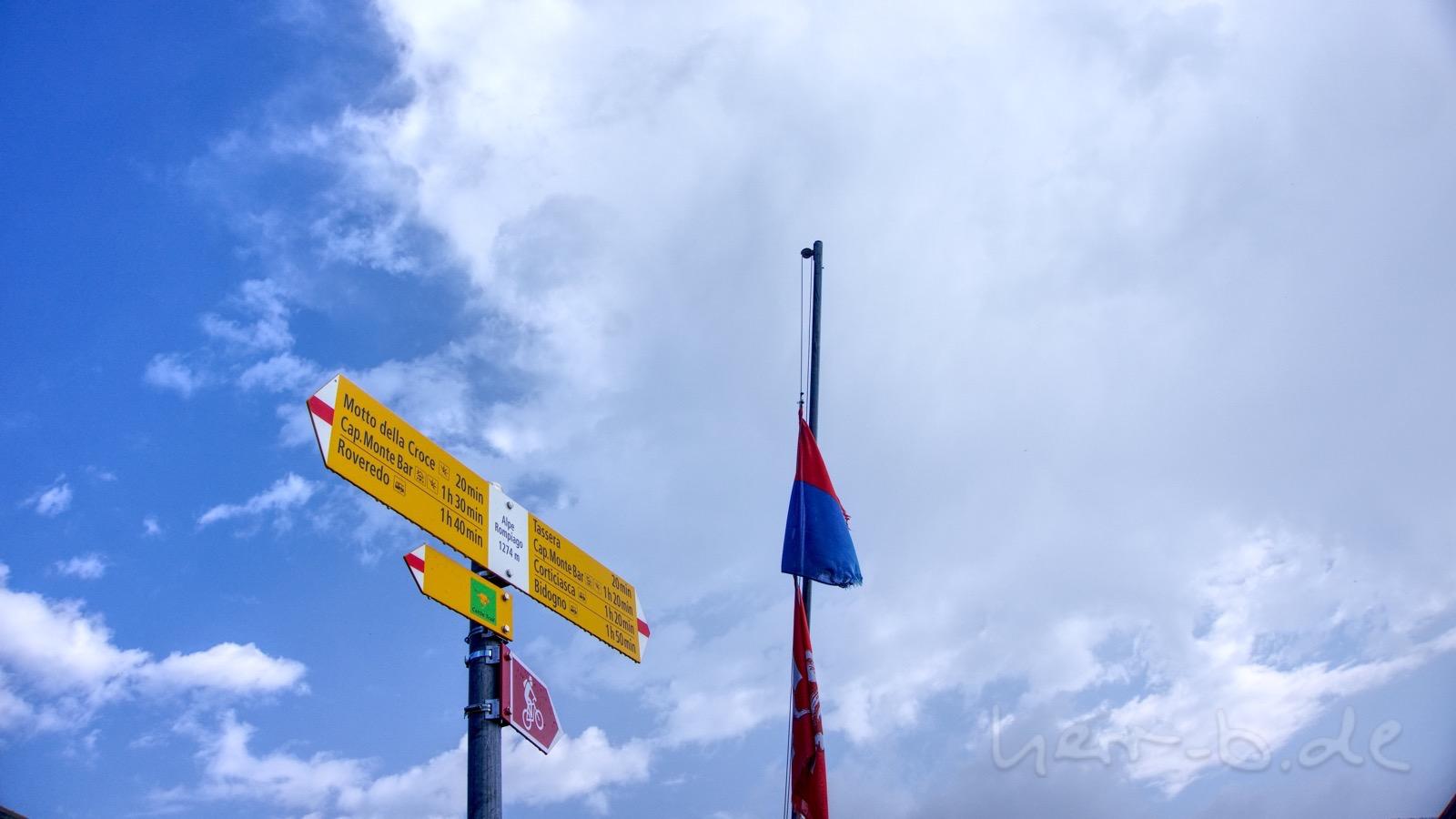 Regennasser Wegweiser an der Alpe Rompiago.
