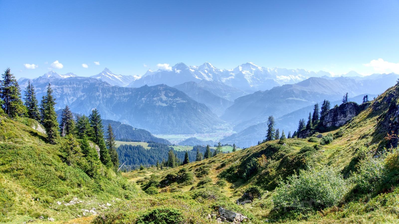 Blick hinab auf Interlaken und Eiger, Mönch und Jungfrau dahinter.